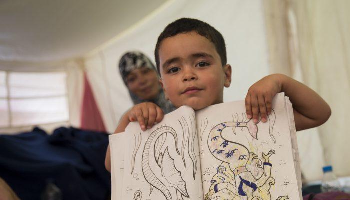 Refugiados em risco com fecho iminente de campos na Grécia têm de receber alojamento digno