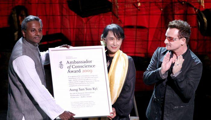 Amnistia Internacional retira prémio de direitos humanos a Aung San Suu Kyi