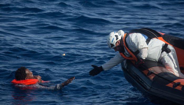 """UE: Os líderes têm de corrigir o """"sistema defeituoso"""" que deixa pessoas à deriva no mar"""