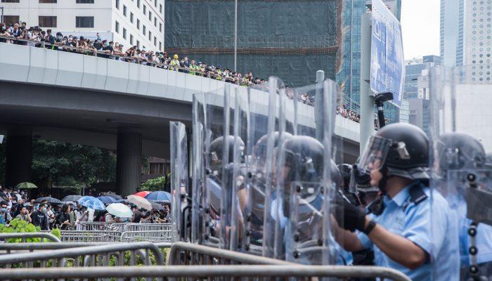 """HongKong: Governo deve investigar abusos da polícia e rejeitar a """"linha vermelha"""" de Pequim"""