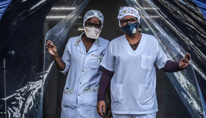 Global: Profissionais de saúde silenciados/as, expostos/as e atacados/as
