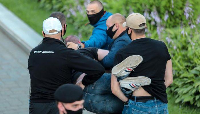 Bielorrússia: Ataques a jornalistas aumentam à medida que continua a repressão dos protestos